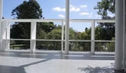 Esta vivienda-consultorio fue desarrollada para el doctor Pedro Curutchet, quien le encomendó la tarea a Le Corbusier