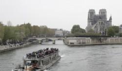 Turistas navegan por el Sena horas después del incendio