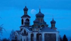 La luna roja detrás de una iglesia ortodoxa en Turets, Bielorrusia. (REUTERS/Vasily Fedosenko)