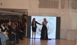 Sta. Guadalupe Menvielle Candia flamante Miss Teen Globe 2019 posando con sus padres que la acompañaron en todo el proceso. Foto Dopler Agencia de Noticias de Diseño. Todos los derechos reservados
