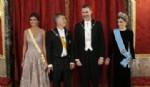 Los reyes Felipe y Letizia junto al presidente de la Argentina, Mauricio Macri (2i) y su esposa, Juliana Awada, posan antes de la cena de gala que los reyes ofrecen en su honor en el Palacio Real.