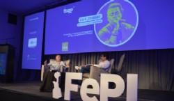 Gabriel Luna, miembro de la organización de FePI entrevistando a Carli Jiménez. Foto Dopler. Todos los derechos reservados